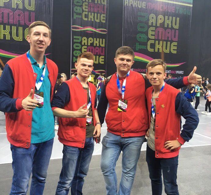 Юноши и девушки Волонтёрского движения спортивных менеджеров на фестивале!